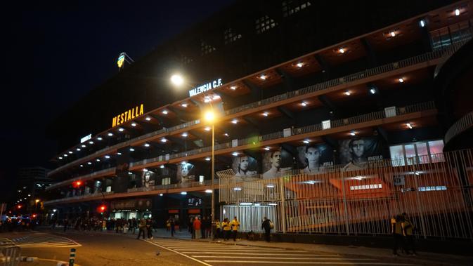 Pemain legendaris Mario Kempes menghiasi tampilan depan Estadio de Mestalla, markas Valencia CF (Marco Tampubolon/Liputan6.com)