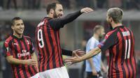 Striker AC Milan, Fabio Borini bersama Gonzalo Higuain, melakukan selebrasi usai membobol gawang F91 Dudelange pada laga Liga Europa di Stadion San Siro, Kamis (29/11). AC Milan menang 5-2 atas F91 Dudelange. (AP/Luca Bruno)