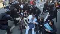 Polisi Rusia berushaa mengamankan para pengunjuk rasa pada peringatan Hari Buruh, 1 Mei 2019 (AP/Dmitry Yermakov)