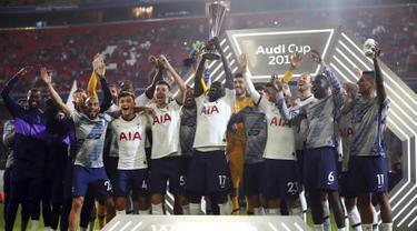 Gelandang Tottenham Hotspur, Moussa Sissoko bersama rekan-rekannya merayakan kemenangan meraih piala Audi Cup 2019 dalam pertandingan final di Alianz Arena, Jerman (1/7/2019). Tottenham menang atas Bayern Muenchen lewat adu penalti 6-5 (2-2). (AP Photo/Matthias Schrader)