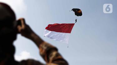 Atraksi terjun payung anggota Polairud saat perayaan HUT ke-69 Polairud di Mako Polairud, Pondok Cabe, Tangerang, Banten, Rabu (4/12/2019). HUT bertema 'SDM Unggul dengan Almatsus Modern, Korpolairud Baharkam Polri Siap Menjaga Stabilitas Keamanan Dalam Negeri'. (Liputan6.com/Faizal Fanani)