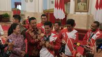 Menpora Imam Nahrawi berbincang dengan atlet ASEAN Para Games Indonesia di Istana Negara, Senin (2/10/2017). (Humas Kemenpora)