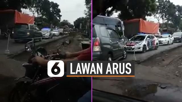 Tidak sabar jadi orang, ini yang dialami oleh pengemudi minibus yang nekat lawan arus dan bertemu rombongan Polisi Militer.