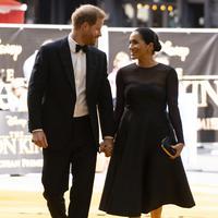 Pangeran Harry dan Meghan Markle bergandengan tangan saat tiba menghadiri pemutaran film The Lion King di London (14/7/2019). Kehadiran keduanya menjadi kejutan, mengingat ini kali pertama keduanya muncul di red carpet selebriti setelah menikah pada Mei 2018 lalu. (AFP Photo/Niklas Halle'n)