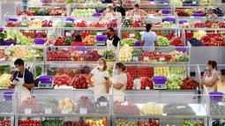 Penjual buah dan sayuran mengenakan masker untuk melawan penyebaran infeksi COVID-19 saat menunggu pelanggan di pasar Bucharest, Rumania, 11 Agustus 2020. Rumania dihadapkan pada peningkatan jumlah infeksi COVID-19 dan terkait kematian selama beberapa minggu terakhir. (AP Photo/Andreea Alexandru)