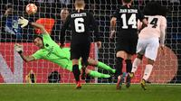 Kiper PSG, Gianluigi Buffon, saat melawan Manchester United di leg kedua 16 besar Liga Champions 2018-2019, Kamis dini hari WIB. (AFP/Franck Fife)
