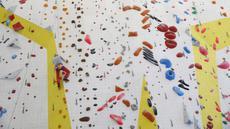Pendaki gunung veteran asal Swiss Marcel Remy (98) memanjat dinding dalam ruangan di Villeneuve, tepi timur Danau Jenewa, Swiss, 31 Mei 2021. Mendaki selalu menjadi bagian utama dari kehidupan Remy. (STEFAN WERMUTH/AFP)