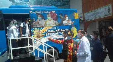 Wali Kota Pekanbaru Firdaus ST mengecek bus yang dikerahkan untuk jemput bola ke rumah warga supaya diberi vaksin Covid-19.