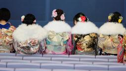 Sejumlah gadis berkumpul mengenakan kimono, pakaian tradisonal Jepang, untuk upacara Coming of Age Day atau Hari Kedewasaan di Tokyo Disneyland, di Urayasu, Senin (13/1/2020). Hari Kedewasaan ini merupakan hari yang penting bagi mereka yang telah menginjak usia 20 tahun. (Kazuhiro NOGI/AFP)