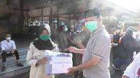 Bupati menerima bantuan sosial dari Pramuka Peduli dan disalurkan untuk masyarakat terdampak Covid-19. (Foto: Liputan6.com/Rudal Afgani)