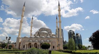 """Pemandangan Masjid Akhmad Kadyrov di alun-alun Kota Grozny, pusat ibu kota Chechnya, 9 Juni 2018. Di Eropa, masjid yang dijuluki """"Heart of Chechnya"""" ini telah mengukuhkan diri sebagai masjid terbesar yang ada di Benua Biru. (AFP PHOTO/KARIM JAAFAR)"""
