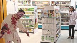 Cosplay zombie menakuti pengunjung di pusat perbelanjaan kawasan Sudirman, Jakarta, Selasa (31/10). Salah satu pusat perbelanjaan di kawasan Sudirman menghadirkan 3 cosplay, Zombie, Kuntilanak dan valak merayakan Halloween. (Liputan6.com/Herman Zakharia)