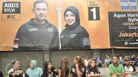 Pendukung pasangan Agus Yudhoyono - Sylviana Murni menunggu acara nonton bareng debat Cagub DKI Jakarta di Wisma Proklamasi, Jakarta, Jumat (27/1). Tim Pemenangan AHY - Sylvi gelar nobar debat Cagub DKI 2017. (Lipputan6.com/Yoppy Renato)