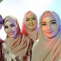 Dewi Perssik pamer foto bersama Ayu Ting Ting, Zaskia Gotik, dan Vega Darwanti saat berhijab (Instagram/@dewiperssikreal)
