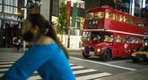 Sebuah bus bertingkat yang digunakan untuk iklan melintasi kota menunggu di lampu lalu lintas di distrik perbelanjaan Ginza Tokyo, Kamis (23/9/2021). Kawasan ini dikenal sebagai kawasan mewah di Tokyo. (AP Photo/Hiro Komae)