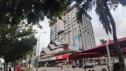 Pejalan kaki berjalan di trotoar sekitar Gedung Sarinah, Jalan MH Thamrin, Jakarta, Selasa (12/5/2020). Pembangunan Gedung Sarinah digagas oleh Presiden pertama RI, Ir Soekarno dan akan segera direnovasi dengan anggaran senilai Rp700 miliar pada Juni 2020. (Liputan6.com/Helmi Fithriansyah)