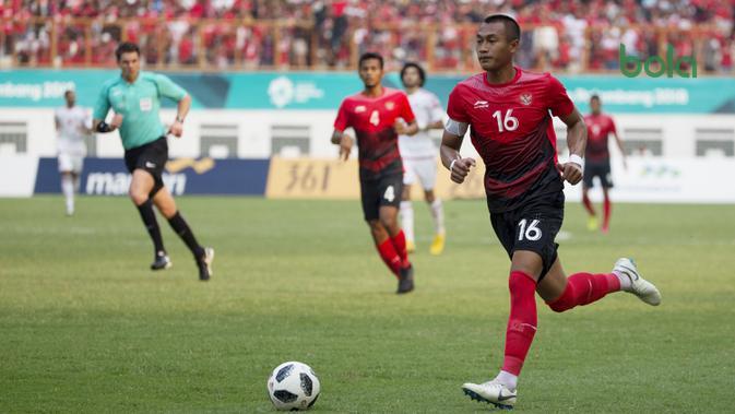 Bek Indonesia, Hansamu Yama, saat melawan Uni Emirat Arab (UEA) pada laga Asian Games di Stadion Wibawa Mukti, Jawa Barat, Jumat (24/8/2018). Indonesia kalah adu penalti dari UEA. (Bola.com/Vitalis Yogi Trisna)