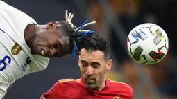 Pertandingan dimulai dengan tempo tinggi. Spanyol dan Prancis tampak saling mengancam, namun kedua tim memliki pertahanan yang solid. Pertandingan tak banyak diwarnai peluang yang berarti hingga menit ke-30. (AFP/Franck Fife)