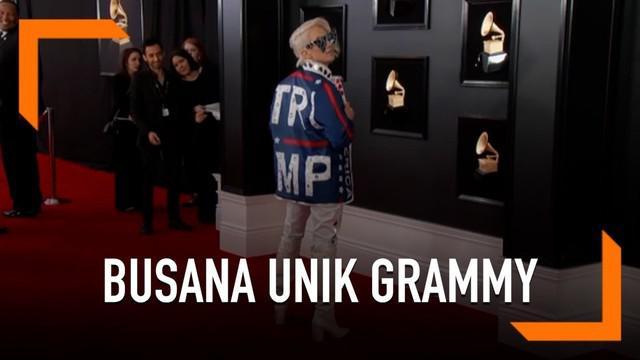 Seorang penyanyi bernama Ricky Rebel mengenakan pakaian tak biasa di Grammy Awards 2019. Pakaiannya menunjukkan dukungannya kepada Presiden AS, Donald Trump.