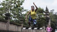 Atlet atletik Indonesia, Maria Londa, melakukan lompatan saat latihan jelang SEA Games 2017 di Lapangan umum Mengwi, Bali, Minggu (10/7/2017). (Bola.com/Vitalis Yogi Trisna)