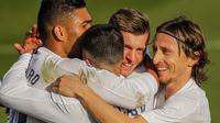 Para pemain Real Madrid merayakan gol kedua yang disarangkan Toni Kroos ke gawang Valencia dalam lanjutan Liga Spanyol 2020/2021, Minggu (14/2/2021) malam WIB. (AP Photo/Manu Fernandez)