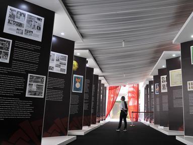 Pengunjung melihat koleksi yang ditampilkan dalam pameran Asian Games di Museum Fatahillah, Jakarta, Selasa (14/8). Pameran tersebut menampilkan berbagai koleksi dan sejarah penyelenggaraan Asian Games di Indonesia. (Merdeka.com/Iqbal Nugroho)