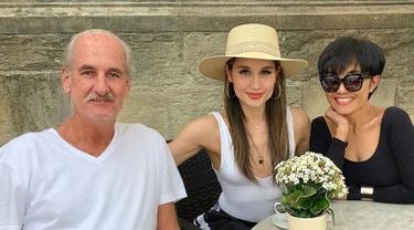 Kenakan pakaian santai dengan tank top putih, Cinta Laura bersama ayah dan ibunya saat sedang berada di Osnabruck, Jerman. Dirinya pun menyebutkan dalam keterangan Instagramnya bahwa tidak ada yang lebih baik selain bersama keluarga. (Liputan6.com/IG/@claurakiehl)