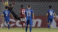Proses terjadinya gol Filipina ke gawang Timnas Indonesia yang dijaga Kurnia Meiga pada laga Piala AFF 2016 di Philippine Sports Stadium, Filipina, Selasa (22/11/2016). Kedua tim bermain imbang 2-2. (Bola.com/Nicklas Hanoatubun)