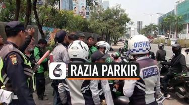 Dishub Jakarta Utara menggelar razia parkir di kawasan Pluit. Razia dengan sasaran ojek online (Ojol) dilakukan persuasif guna mencegah bentrok. Sehari sebelumnya terjadi bentrok antara petugas dan pengemudi ojol yang viral di sosmed.