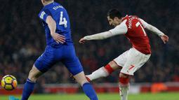 Pemain Arsenal Henrikh Mkhitaryan melakukan tembakan ke gawang Everton saat pertandingan Liga Inggris di Stadion Emirates, London (3/2). Dalam pertandingan ini, Arsenal menang telak 5-1 atas Everton. (AP Photo / Alastair Grant)