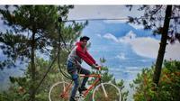 Tak hanya bisa menguji nyali dengan sepeda terbang, Anda juga bisa berfoto untuk prewedding di kaki Gunung Papandayan. (Liputan6.com/Jayadi Supriadin)