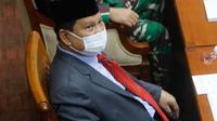 Menhan Prabowo Subianto (kiri) bersama Panglima TNI Marsekal Hadi Tjahjanto hadir pada rapat kerja dengan Komisi I DPR di kompleks parlemen, Senayan, Jakarta, Rabu (2/6/2021). Rapat kerja membahas Pemenuhan Kebutuhan Alat Peralatan Pertahanan dan Keamanan (Alpalhankam). (Liputan6.com/Angga Yuniar)
