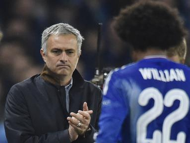 Pelatih Chelsea  Jose Mourinho memberikan tepuk tangan kepada Willian saat pada lanjutan Liga Champion Grup G di Stadion Stamford Bridge, London, Rabu (4/11/2015) dini hari. Chelsea memang 2-1. (Reuters / Toby Melville)
