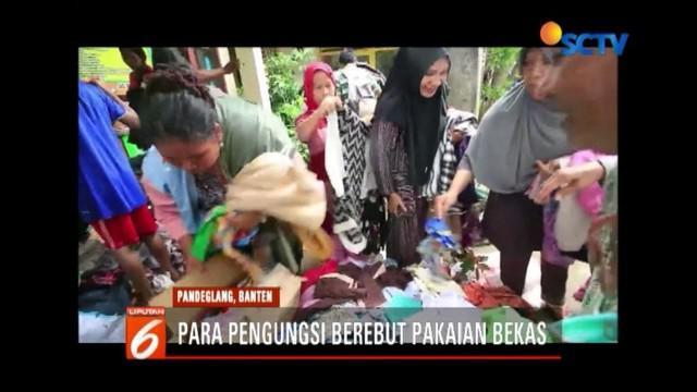 Sejumlah pengungsi korban tsunami Selat Sunda berebutan pakaian bekas di posko pengungsian di Carita. Pakaian tersebut disumbang dari sejumlah masyarakat dan relawan.