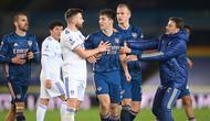 Gelandang Leeds United, Ezgjan Alioski (kiri), terlibat perselisihan dengan bek Arsenal, Kieran Tierney usai laga lanjutan Liga Inggris pekan ke-9 di Elland Road Stadium, Leeds, Minggu (22/11/2020). Leeds bermain imbang 0-0 dengan Arsenal. (AFP/Michael Regan/Pool)