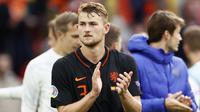 Akibat kartu merah Matthijs de Ligt di babak 16 besar Euro 2020 ketika melawan Republik Ceska, Belanda harus mengalami kekalahan karena kekurangan pemain. Pemain yang diharapkan akan bersinar di turnamen ini malah harus pulang duluan bersama Belanda. (Foto: AFP/Pool/Koen van Weel)