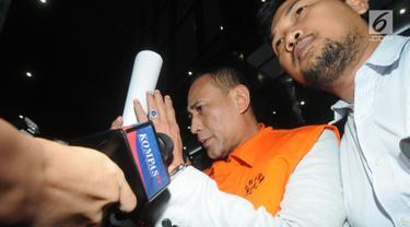 Pengusaha Elviyanto, orang kepercayaan I Nyoman Dhamantra memakai rompi tahanan usai menjalani pemeriksaan di Gedung KPK, Jakarta, Jumat (9/8/2019). Elviyanto ditahan bersama 5 tersangka terkait suap izin impor bawang putih dari Kementan dan SPI dari Kemendag. (merdeka.com/Dwi Narwoko)