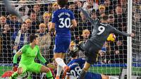 Striker Leicester City Jamie Vardy (kanan) merobek gawang Chelsea pada laga Liga Inggris di Stamford Bridge, Sabtu (22/12/2018). (AFP/Glyn Kirk)