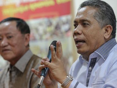 Ketua Umum Peradi, Luhut Pangaribuan (kanan) saat diskusi di Kantor LBH, Jakarta, Rabu (4/11/2015). Luhut menjelaskan munculnya SE ini dianggap sebagai ancaman bagi masyarakat untuk membatasi kebebasan berekspresi (Liputan6.com/Faizal Fanani)