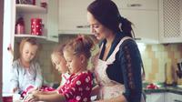 Mencoba resep-resep baru dari internet bersama anak di liburan yang singkat tentu seru untuk dilakukan (shutterstock.com)