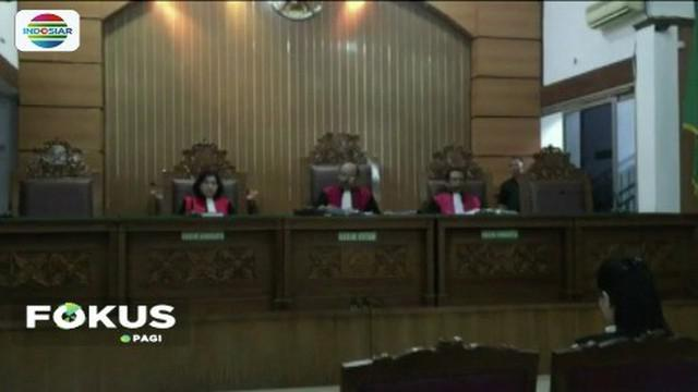 PN Jakarta Selatan jatuhkan hukuman 4 tahun penjara dan Rp 800 juta kepada artis Jennifer Dunn terkait kasus penggunaan narkoba. Pihak kuasa hukum terdakwa meminta waktu pikir-pikir kepada majelis hakim terkait putusan tersebut.