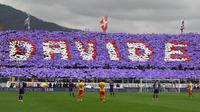 Suporter Fiornetina memberikan penghormatan terakhir untuk Davide Astori dengan koreografi berbentuk namanya ketika hening cipta pada menit ke-13. (AFP/Claudio Giovannini)