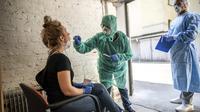 Dokter Beate Krupka (tengah) memeriksa Clara terkait virus corona COVID-19 di Distrik Kreuzberg, Berlin , Jerman, Rabu (8/4/2020). Berdasarkan data Worldmeters per Minggu (12/4/2020), jumlah kasus COVID-19 di Jerman sebanyak 125.452 terinfeksi dan 2.871 meninggal. (Michael Kappeler/dpa via AP)