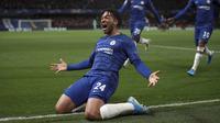 Bek Chelsea, Reece James berselebrasi usai mencetak gol ke gawang Ajax pada pertandingan lanjutan Grup H Liga Champions di Stamford Bridge, London (5/11/2019). Chelsea bermain imbang 4-4 atas Ajax. (AP Photo/Ian Walton)