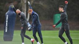 Kiper Chelsea Kepa Arrizabalaga (kanan), Jamie Cumming (tengah), Willy Caballero (kiri) saar sesi larihan di Cobham Training Ground, Stoke D'Abernon, Inggris, Senin (24/2/2020). Chelsea akan menjamu Bayern Munchen pada leg pertama babak 16 besar Liga Champions. (Glyn KIRK/AFP)