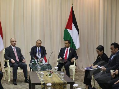 Presiden Joko Widodo melakukan pertemuan bilateral dengan PM Palestina Rami Hamdallah di sela-sela acara KAA ke-60 di JCC, Jakarta, Selasa (21/4/2015). Pertemuan membahas masalah perdagangan hingga kemerdekaan Palestina. (Liputan6.com/Herman Zakharia)