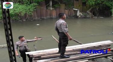 Rawan transaksi narkoba, Polrestabes Medan menggerebek Kampung Kubur di Medan Petisah. Tiga orang berupaya kabur dengan menceburkan diri ke sungai.