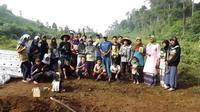 Petani-petani Desa Gununglurah bersatu menghalau serangan babi hutan. (foto: Liputan6.com/Muhamad Ridlo)