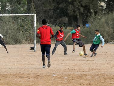 Serunya Warga Libya Main Sepak Bola Sambil Menanti Buka Puasa