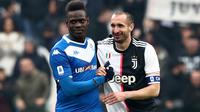 Mario Balotteli (kiri) dan Giorgio Chiellini saat Brescia menjalani laga tandang melawan Juventus di Juventus Stadium (16/2/2020). (AFP/Isabella Bonotto)
